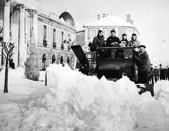 chasse-neige devant l`Hotel de Ville d`Arcachon en fevrier 1956