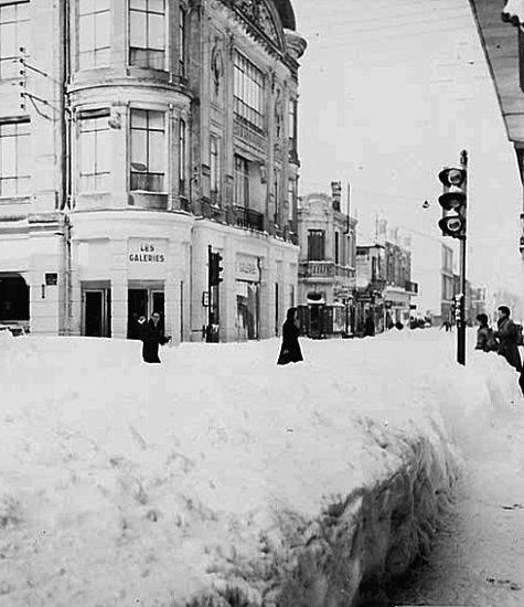 devant les Galeries Lafayette a Arcachon en fevrier 1956