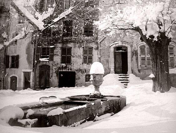 le village de Lorgues en Provence sous une neige epaisse en fevrier 1956
