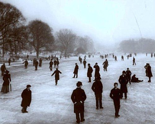 patineurs du St James park de Londres durant l`hiver 1895