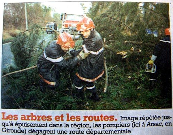 pompiers degageant les routes apres le passage de Martin