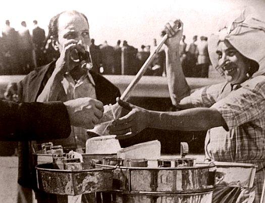 vendeur de boissons en avril 1949