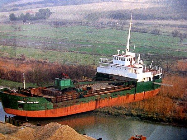 bateau emporte par la houle sur les cotes charentaises après le passage de Martin