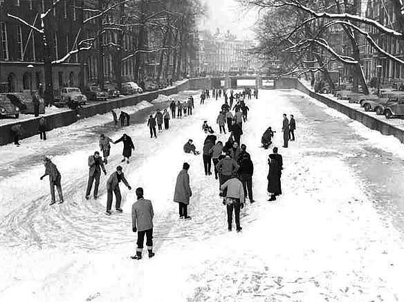 canaux d`Amsterdam geles en fevrier 1956