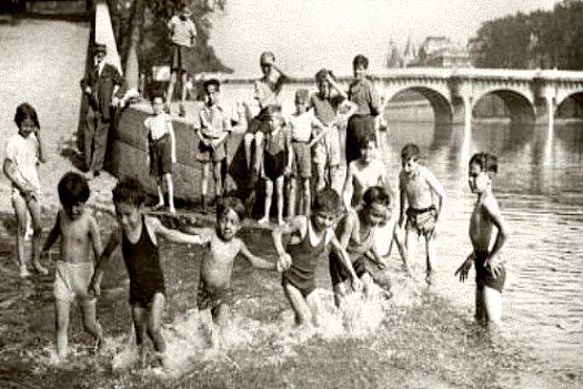enfants se baignant dans la Seine juillet 1941