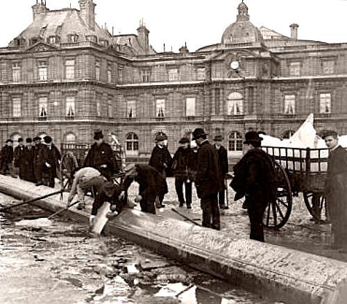 jardiniers cassant la glace dans les bassins du jardin du Luxembourg en 1895