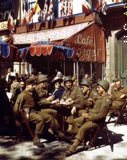 liberateurs en terrasse en aout 1944