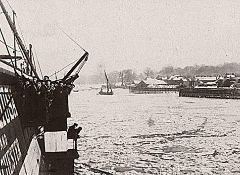 marins observant la Tamise gelee en fevrier 1895