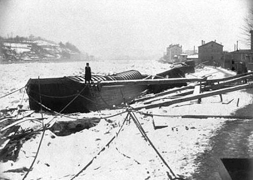 peniche bloquee par les glaces sur la Saone a Lyon pendant l`hiver 1879 1880