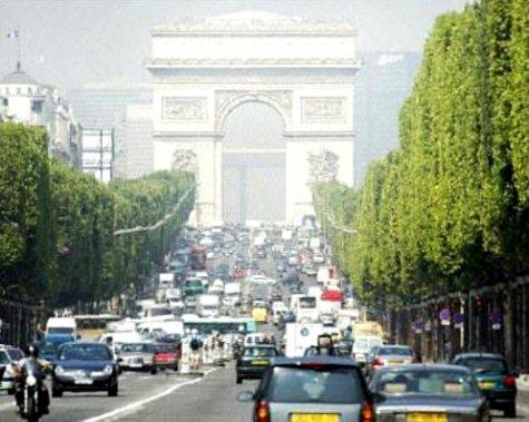 pollution sur les Champs-Elysées à Paris par la canicule du 9 août 2003 météopassion