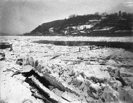 promeneurs sur la Saone gelee a Lyon pendant l`hiver 1879 1880