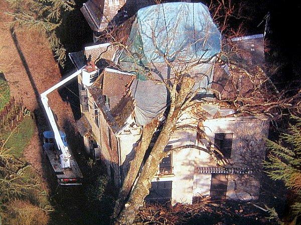 villa ecrasee par un arbre centenaire 1999
