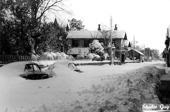 voitures ensevelies sous la neige a Arcachon en fevrier 1956